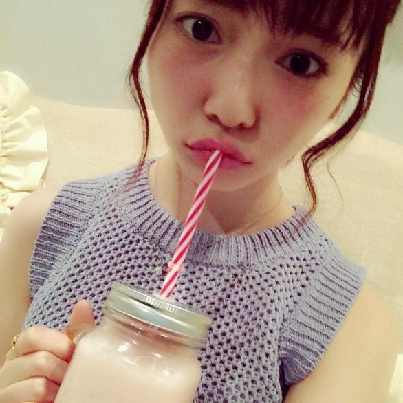 ジュースを飲む島崎遥香